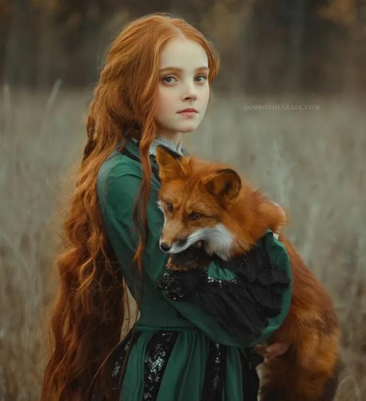 俄摄影师别出心裁拍下惊艳照片,美女与野兽神奇互动,仿佛进入童话世界