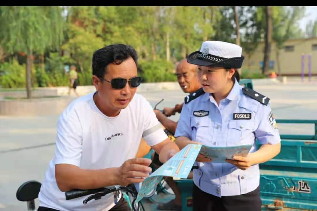 """菏泽市开发区交警大队开展""""一盔一带""""安全守护交通安全宣传活动"""