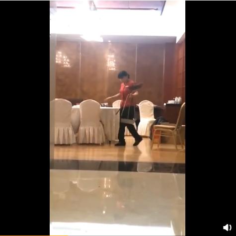 星级大酒店回应服务员拿扫把清理餐桌:是餐桌专用扫帚,已做出相应处理